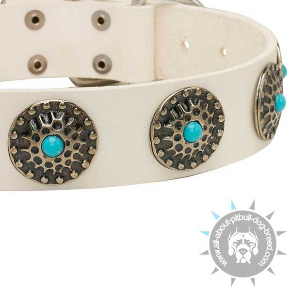 Fashionable white leather collar